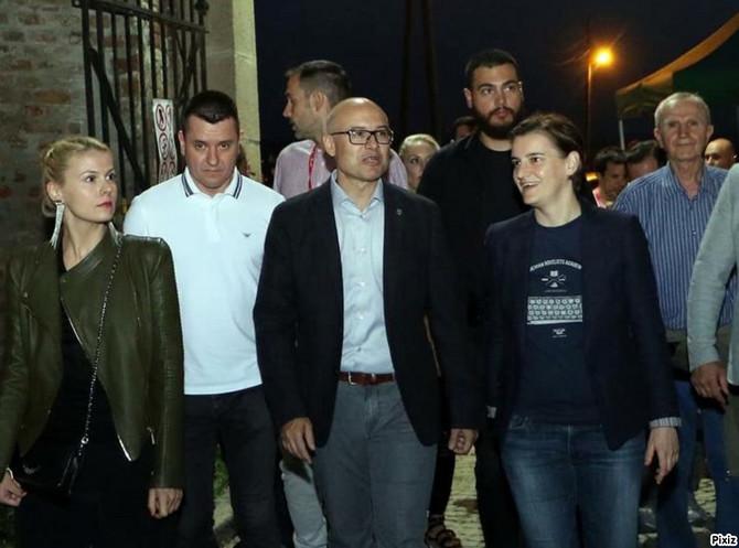 Premijerka Ana Brnabić sa partnerkom dr Milicom Đurđević i gradonačelnikom Novog Sada Milošem Vučevićem