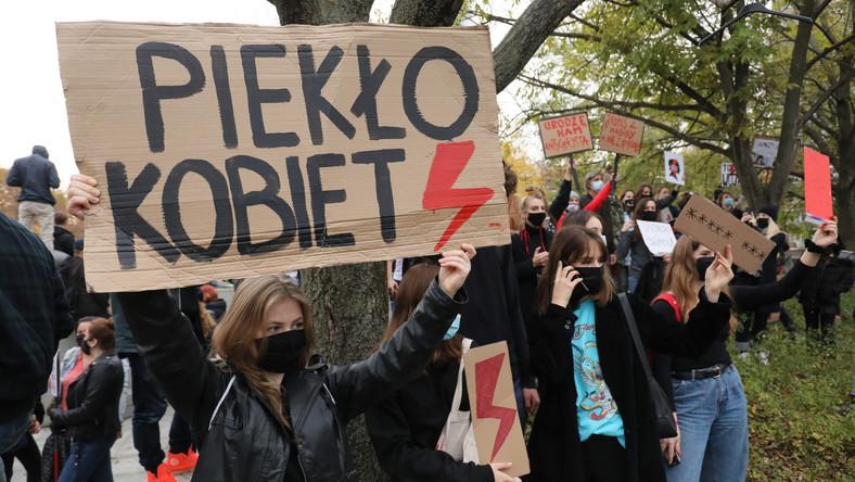 Uczestnicy protestu pod budynkiem Sejmu w Warszawie