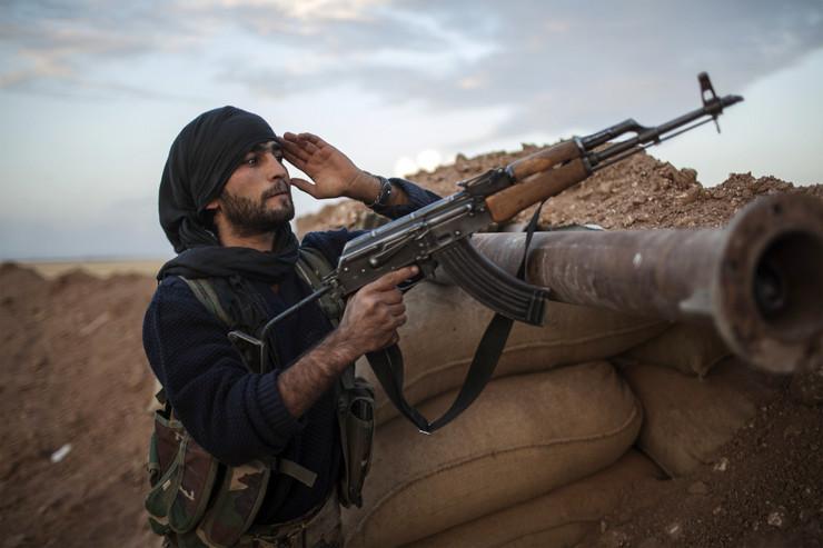 Pripadnik grupe sirijskih pobunjenika po imenu Islamska država Iraka i Levanta