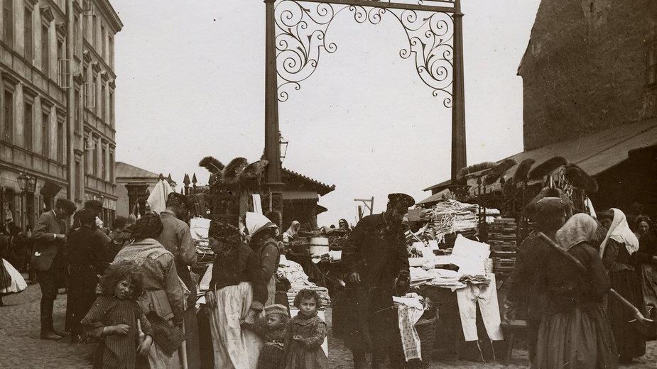 Brama bazaru Różyckiego, fot K Brandel, ok 1892r.