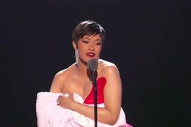 Pretila je da će BACITI BEBU NA POD, a sada je kontroverzna pevačica DOJILA ĆERKU NA BINI