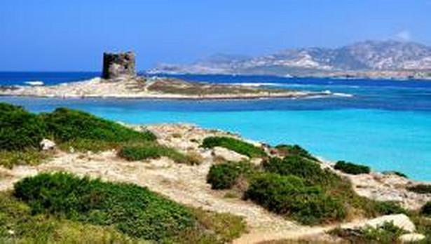 2. miejsce zajmuje plaża La Pelosa. Jest to zarazem najpiękniejsza plaża na Sardynii. Wystarczy spojrzeć na zdjęcie, żeby się przekonać dlaczego tak jest. Plaża La Pelosa leży na terenie gminy Stintino.