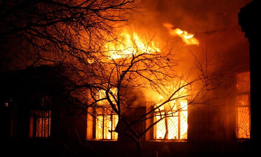 Strażacy walczą z żywiołem. Pożar budynku mieszkalnego