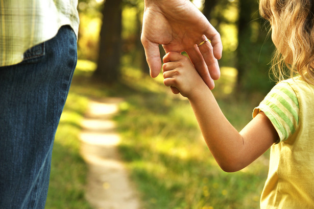 Pracownicy, która urodziła dziecko w trakcie urlopu wychowawczego, zasiłek macierzyński przysługuje za okres odpowiadający okresowi urlopu macierzyńskiego oraz urlopu rodzicielskiego