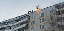 Podpalił się i skoczył z dachu