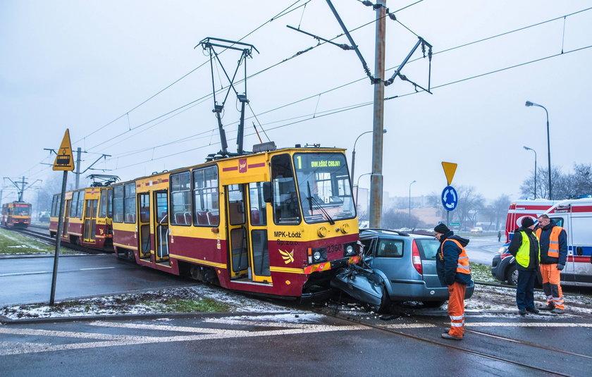 Zderzenie tramwaju z samochodem w Łodzi na Rondzie Insurekcji Broniewskiego przy Kilińskiego. Ranni kierowca i motorniczy