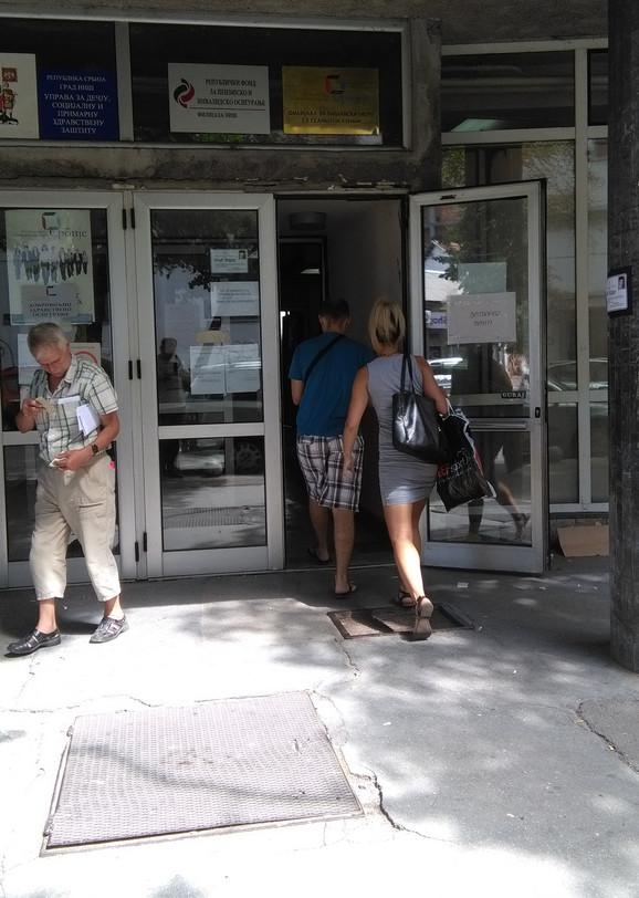 Ulaz u zgradu u kojoj su filijale RFZO i fond PIO u Nišu