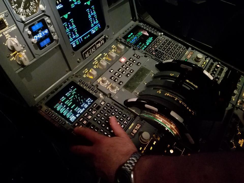 Kapitan Ross wprowadza do komputera pokładowego dane lotu. Mogę wybrać sobie lotnisko - decyduję się na Dubaj International Airport (DXB). To z niego startuję, wykonam krąg nad miastem i na nim wyląduję.