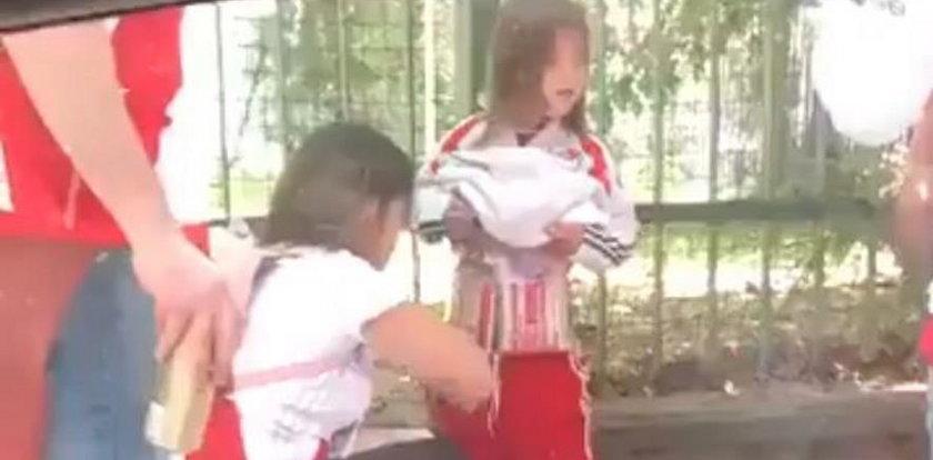 Szokujące zachowanie matki. Przykleiła do dziecka race!