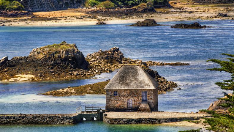 Wyspa szczęśliwa albo raj na ziemi - tak niektórzy określają Brehat, uznawaną za najpiękniejszą z wysp Bretanii. Jest niezwykle malownicza, a uroku bez wątpienia dodaje jej to, jak zmienia się w zależności od rytmu przypływów i odpływów. Brehat to w rzeczywistości zespół kilku mniejszych wysepek, które w czasie, kiedy woda wzbiera, połączone są ze sobą mostami. Szczególnie pięknie jest na północy, gdzie można podziwiać rozległe wrzosowiska czy strome skały. Ogromną atrakcją wyspy są także tradycyjne zakłady rzemieślnicze czy zabytkowy młyn.