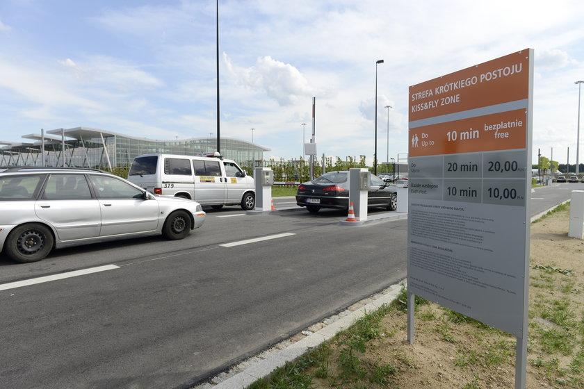 Wjazd na parking przy nowym terminalu portu lotniczego
