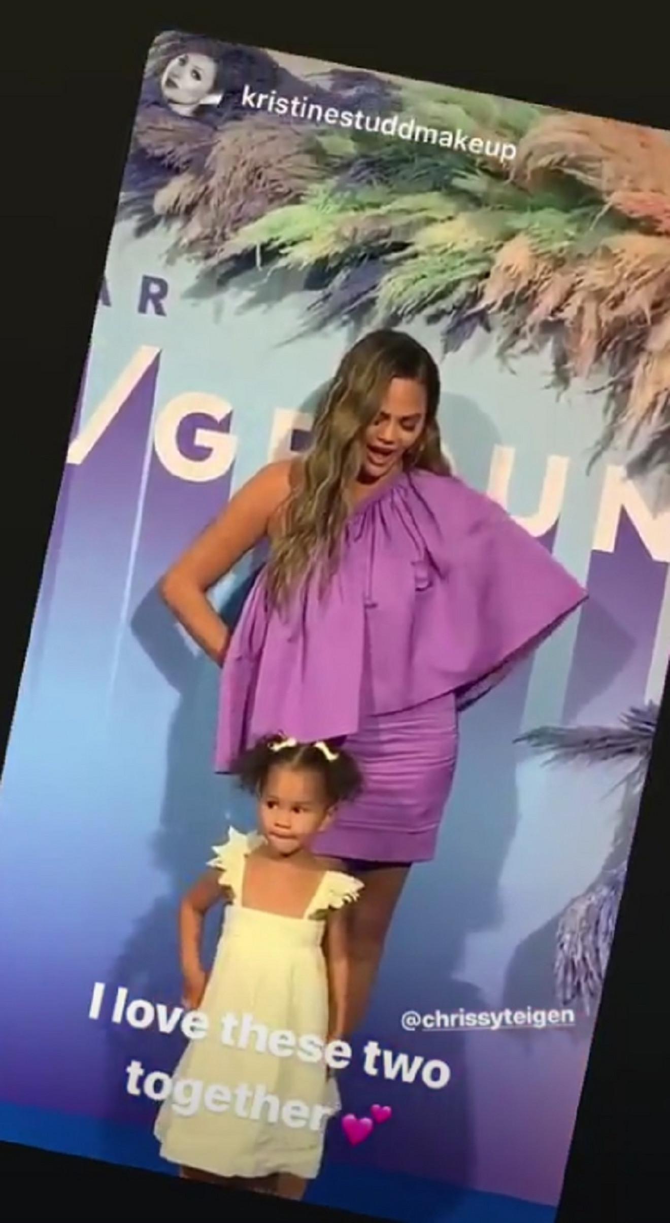 Krisi Tajgen sa ćerkicom