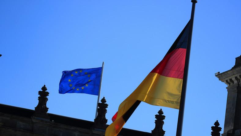 Flaga Niemiec i UE na Bundestagu. Berlin, Niemcy, 9.09.2020