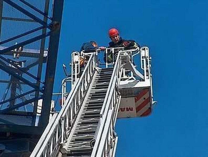 Operator upił się na dźwigu. Musieli go ściągać strażacy! FOTY