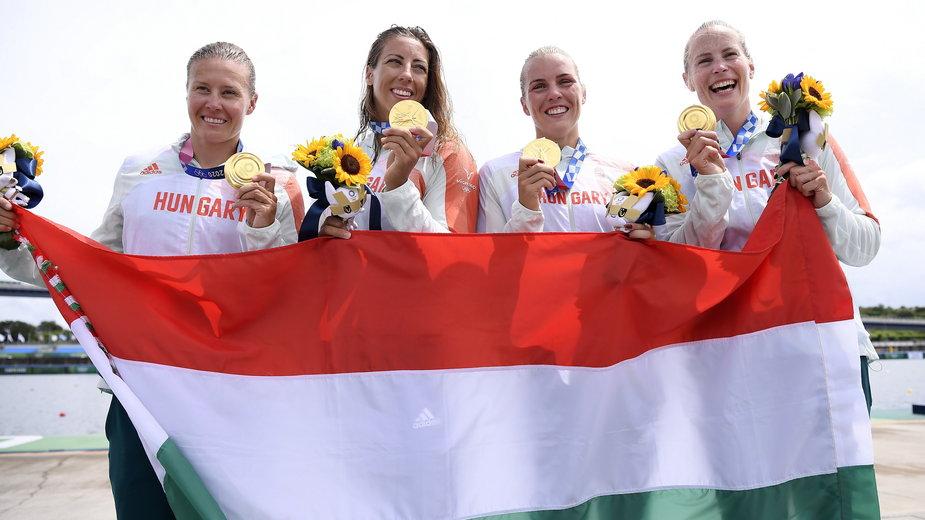 Danuta Kozak (pierwsza z lewej) z koleżankami z kadry K4