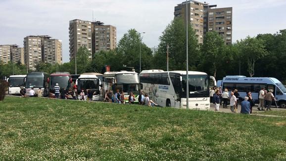 Kolone autobusa ispred muzeja