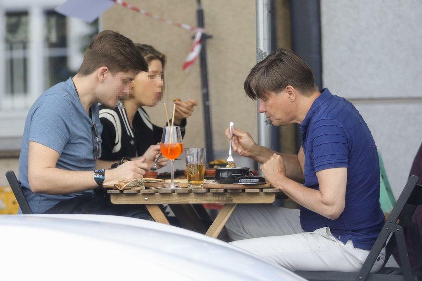 Mariusz Treliński z kobietą i synem na obiedzie