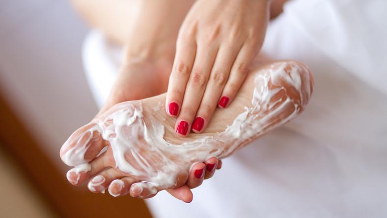 Jak pielęgnować stopy latem?