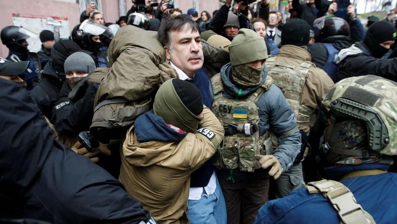 Micheil Saakaszwili wyprowadzany ze swojego domu w Kijowie