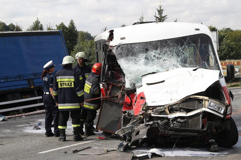 Policja ustala przyczynę zderzenia tira z busem