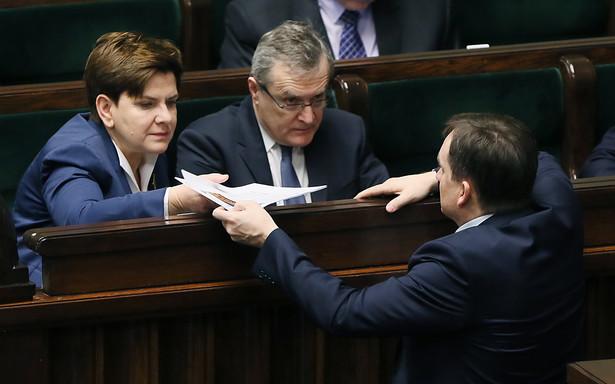 Projektodawcy podkreślają, że obecnie istnieje wiele uregulowań kwestii związanych z występowaniem do Sejmu i Senatu o pociągnięcie do odpowiedzialności karnej osób objętych immunitetem