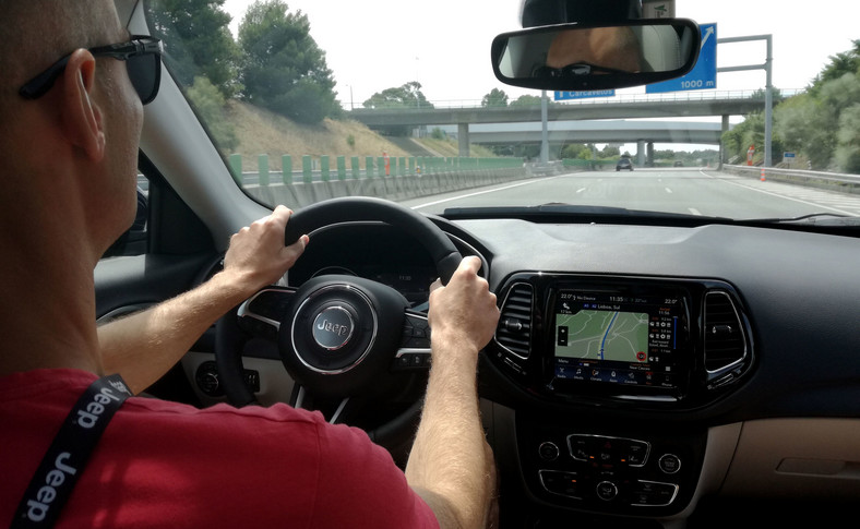 Jeep Compass to porządnie wyciszony samochód.  Nawet przy prędkościach autostradowych w kabinie jest cicho i da się swobodnie rozmawiać