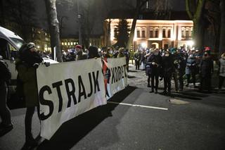 Warszawa: Protest ruszył sprzed siedziby TK w kierunku centrum miasta