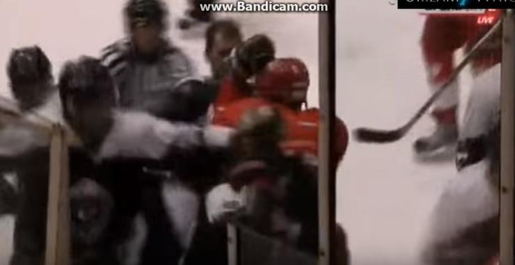 Tuča hokejaša Zvezde i Partizana