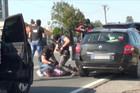 HAPŠENJE NASRED ULICE Policija presrela automobil u Beogradu, par sekundi kasnije Crnogorca su bacili na pod i počeli da mu RASTAVLJAJU AUTO (VIDEO)