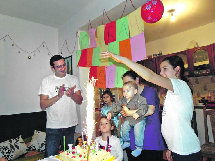 Zahvaljjujuci donatorima i Blic fondaciji Vukici proslavili Voinu prvi rodjendan i imali punu trpezu za preznike
