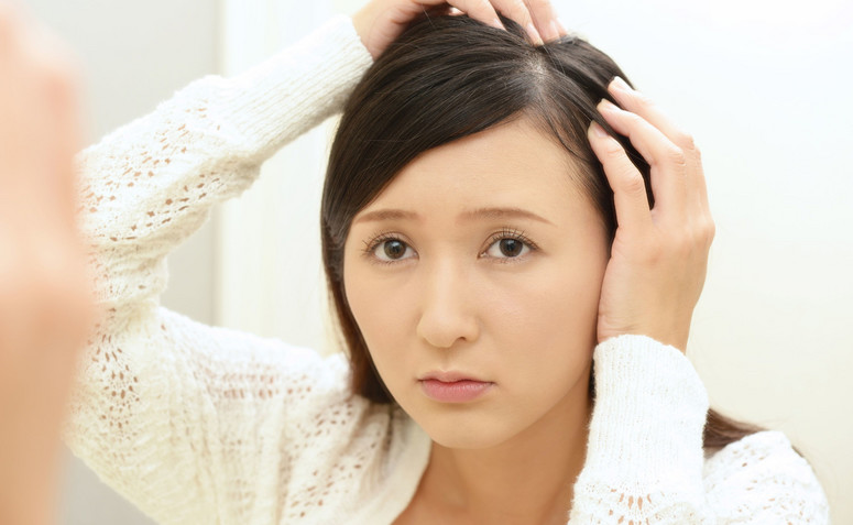 jaki hormon wpływa na wypadanie włosów