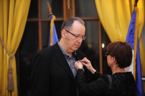 Ambasadorka uručuje orden Mrđanu Bajiću