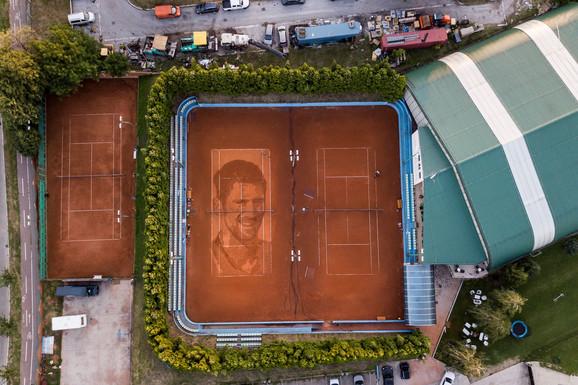 U BEOGRADU NASTAO PRVI CRTEŽ NA ŠLJACI IKADA Pogledajte najveći PORTRET Novaka, a delo je našeg poznatog urbanog umetnika sa porukuom: Prvo očistimo sebe, pa pogledajmo druge!