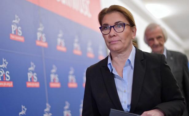 """""""Wiemy, że ta faktura do spółki nie dotarła. Wczoraj pojawiła się informacja, że nie został odprowadzony podatek VAT od tej faktury, więc próba dyskredytowania nieustannie Jarosława Kaczyńskiego i naszej formacji nie ma żadnego uzasadnienia, tym bardziej, że nigdy nie było związków finansowych między PiS a spółką Srebrna"""" - oświadczyła Mazurek."""