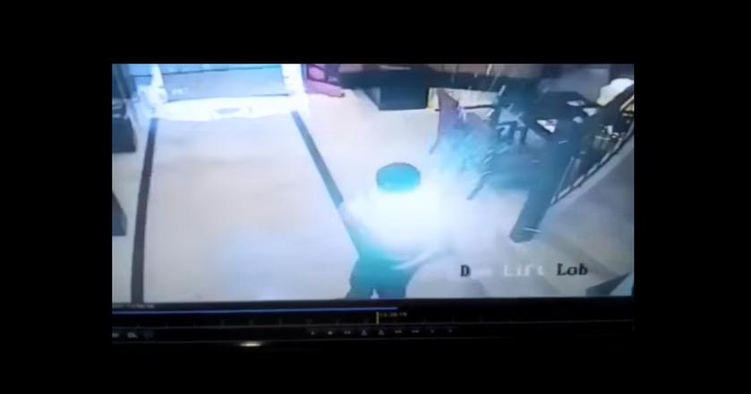 Smartfon zajął się płomieniami w przedniej kieszeni koszuli pracownika hotelu