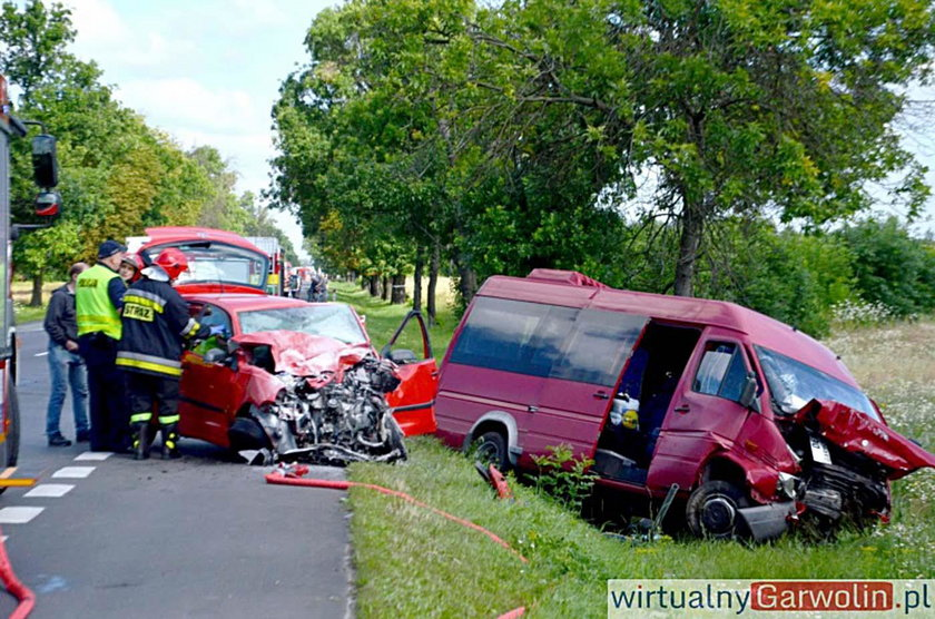Bus zderzył się z osobówką pod Garwolinem. Wielu rannych