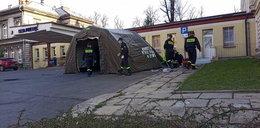 Strażacy rozstawiają polowe izby przyjęć