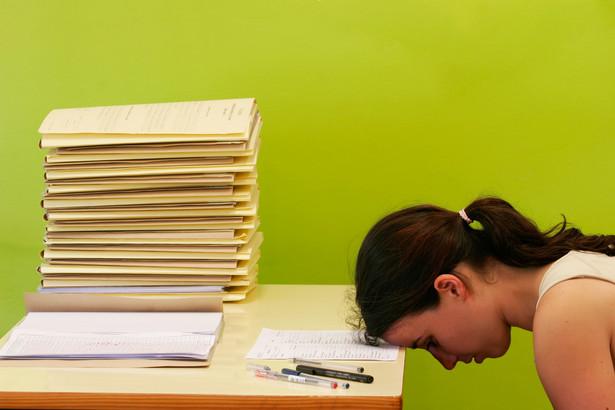 Polacy coraz wcześniej zaczynają swoją karierę. Już 36 proc. osób w wieku 18-24 lata (z miast powyżej 50 tys. mieszkańców) zaczyna pracować w okresie trwania nauki. Jeśli weźmiemy także pod uwagę grupę 24-35 lat, to w sumie aktywnych zawodowo jest 74 proc. młodych Polaków. Aż 33 proc. z tej grupy spędza w pracy więcej niż 8 godzin, a co piąta powyżej 9 godzin. Średni czas spędzany w firmie przez młodych to prawie pół godziny dłużej niż etatowy standard. Jak młodzi odbierają nadgodziny? 35 proc. ankietowanych przyznaje, że ludzie z ich otoczenia często się tym chwalą. Dla 43 proc. zostawanie dłużej daje także poczucie dobrze wypełnionego obowiązku. Równocześnie, co czwarty ankietowany przyznał, że nadgodziny bywają konsekwencją złego zarządzania czasem, tzn. przeznaczania go na inne, niezwiązane z pracą sprawy, a także wynikają z braku dostatecznego skupienia.