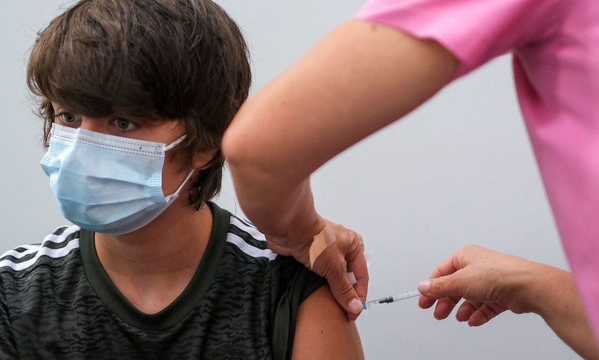 Pfizer zaszczepi niemal całe miasto. Czy to będzie najbardziej chroniona miejscowość na świecie? Prawdopodobnie! Dzięki tym działaniom lekarze będą mogli zbadać, ile rzeczywiście trwa odporność po szczepionce Pfizera.