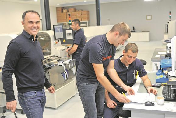 Nebojša Matić sa radnicima u pogonu Mikroelektronike