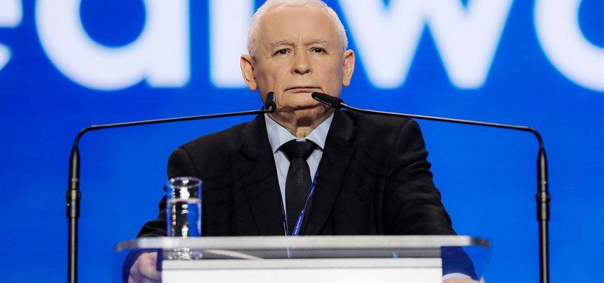 Kaczyński śpiewa hymn Polski. Słyszycie to? Niestety, to błąd...
