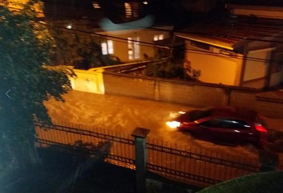 Automobil se probija kroz vodu u vojvode Vlahovića