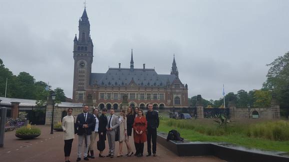Studenti ispred Međunarodnog krivičnog suda