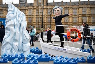 'Historyczna porażka',  'upokorzenie', 'May zmiażdżona'. Brytyjska prasa bez litości dla premier po porażce w sprawie brexitu