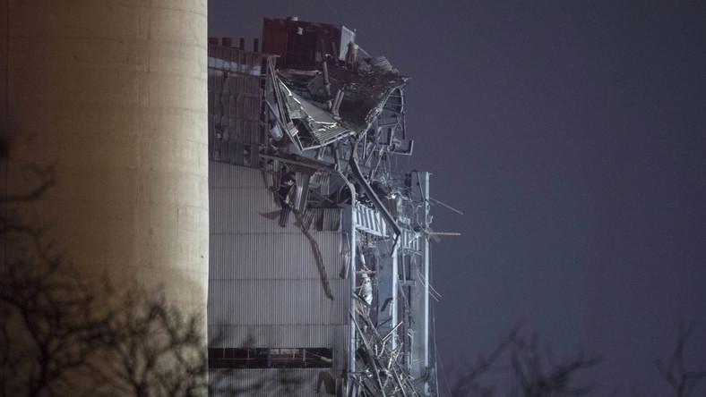 W pierwszych doniesieniach mowa była o ogromnym wybuchu na terenie nieczynnej od 3 lat elektrowni węglowej Didcot A. Okoliczni mieszkańcy twierdzą, że wyglądało to jak kontrolowana eksplozja - taka jak wcześniejsze, kiedy w Didcot wyburzono cztery wielkie wieże chłodnicze. Zaskoczeni ludzie wylegli z domów, gdyż dotąd zawsze uprzedzano ich o planowanych wybuchach. Okolice pokryła gruba warstwa kurzu, nad którą krążyły helikoptery pogotowia, policji i telewizji. Ani władze, ani właściciel elektrowni, firma nPower, nie potwierdzają, że doszło do eksplozji, a przyczyny zawalenia się wielokondygnacyjnego budynku o żelbetonowym szkielecie badają teraz strażacy. Wypadek nie zatrzymał sąsiadującej z Didcot A elektrowni gazowej Didcot B. Również i w niej w zeszłym roku doszło do groźnego pożaru.