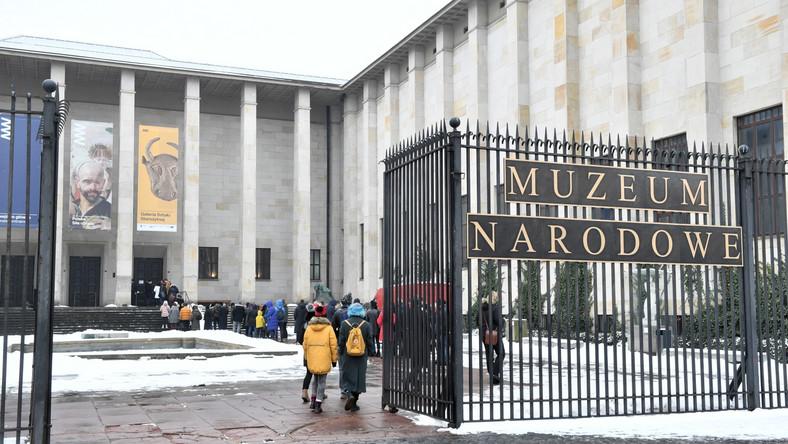 Kolejka przed Muzeum Narodowym w Warszawie