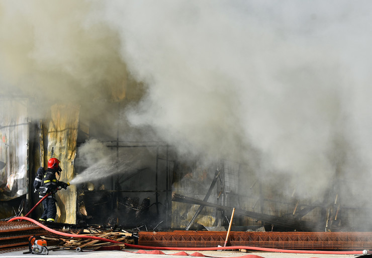 Novi Sad233 Pozar  vatrogasci  Mas promet veternik foto Nenad MIhajlovic