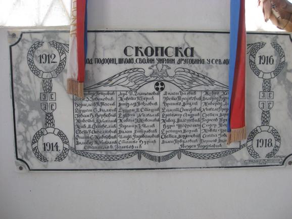 Srpsko vojničko groblje u gradu Bizerti: desetak spomenika okružuju spomen-kosturnicu - večnu kuću 833 srpska ratnika