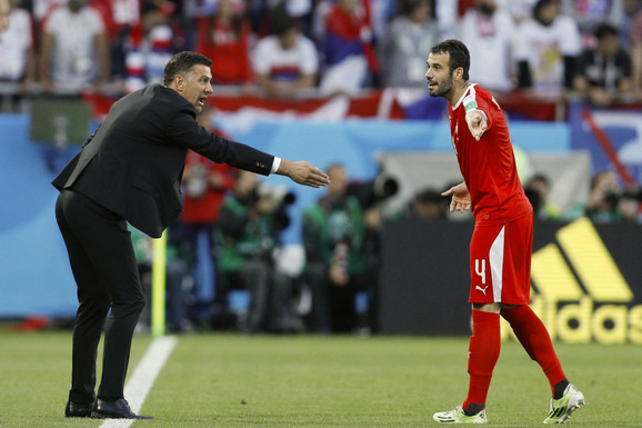 Luka Milivojević u razgovoru sa selektorom Mladenom Krstajićem na Svetskom prvenstvu u Rusiji