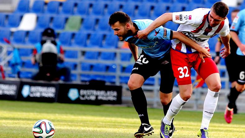 Zawodnik Podbeskidzia Bielsko-Biała Adam Pazio (P) walczy o piłkę z Mateuszem Cetnarskim (L) z Cracovii Kraków